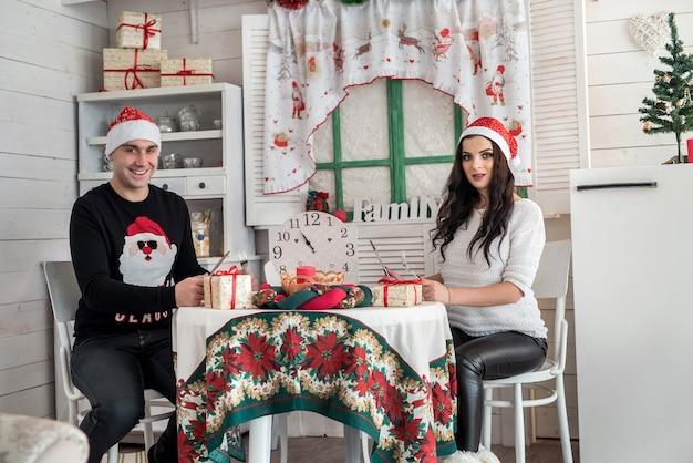 家で新年を祝う若い家族のカップル