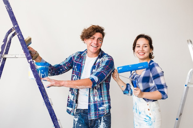 一緒に改装や壁画をして笑っている若い家族。