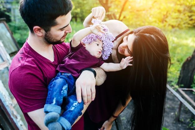 La giovane famiglia si diverte e si rilassa all'aria aperta in campagna