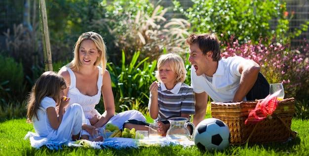 Молодая семья, с удовольствием на пикнике
