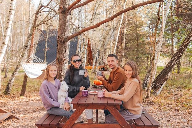 ピクニックで秋の若い家族。家族キャンプ