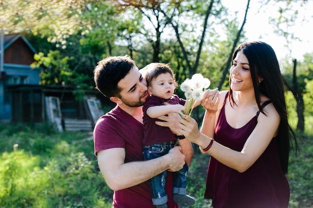 Молодая семья в сельской местности, наслаждаясь природой