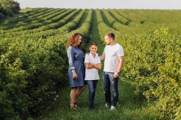 Молодая семья, глядя во время прогулки в саду