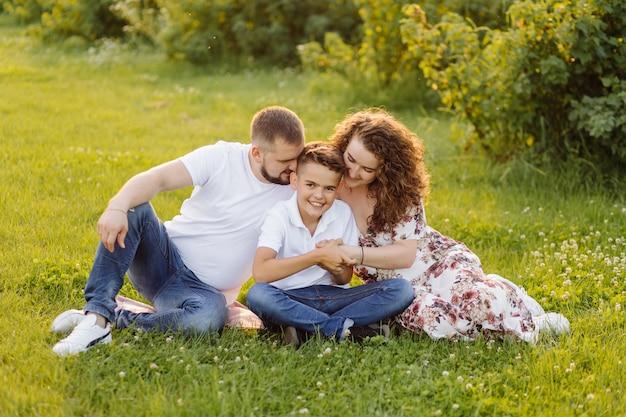 庭を歩きながら見ている若い家族