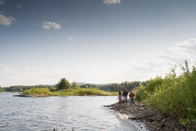 자연 환경에서 해안선을 따라 이동하는 젊은 가족