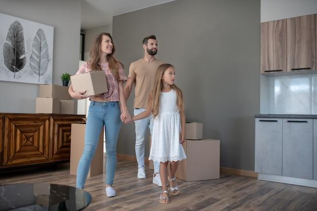 Молодая семья переезжает в новый дом