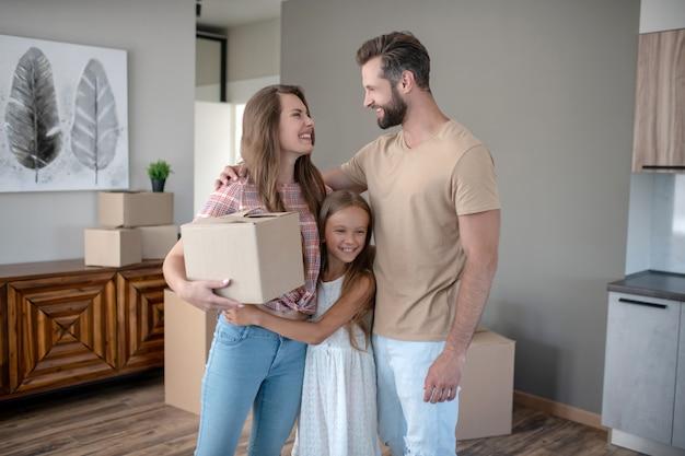 新しい家に移動する若い家族