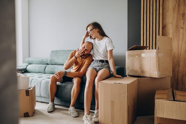 若い家族が新しい家に引っ越し
