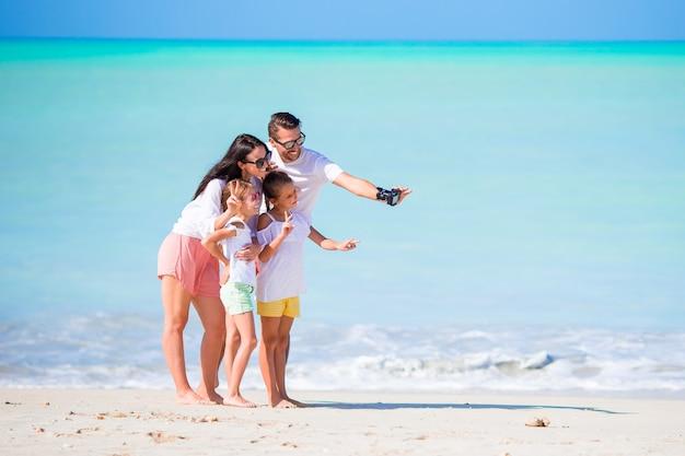休暇中の4人の若い家族は楽しい時を過す
