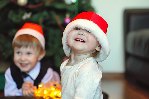Молодая семья накануне новогодних праздников дома
