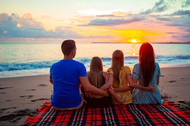 夕方の休暇に若い家族