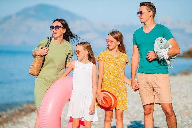 휴가에 젊은 가족은 많은 재미를 가지고