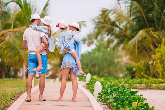 Молодая семья в отпуске повеселится