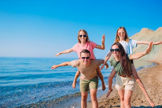 たくさんの楽しみを持っている休暇の若い家族