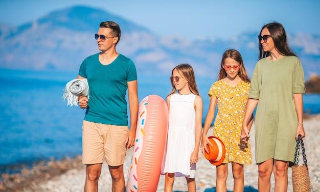 Молодая семья на отдыхе на пляже