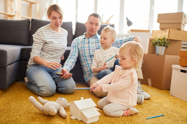 引っ越しを計画している若い家族