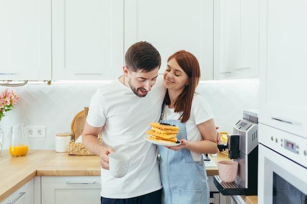 함께 아침 식사를 준비하는 젊은 가족, 남편과 행복한 여자