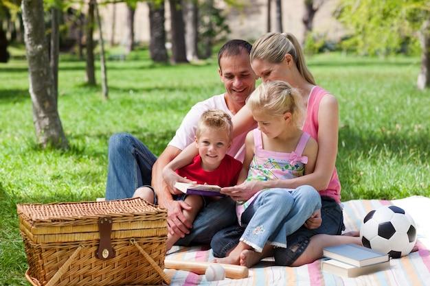 ピクニックをしながらリラックスした若い家族