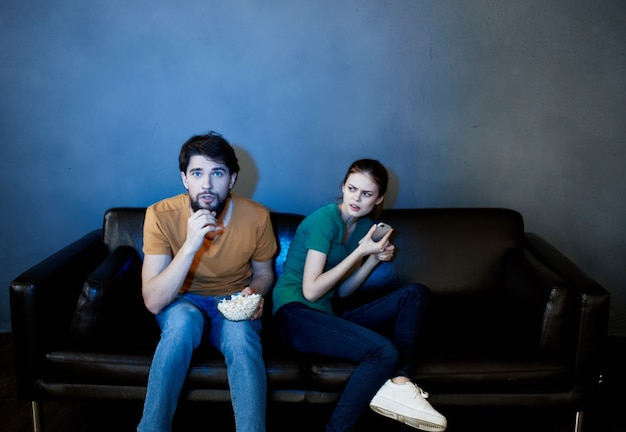 영화 팝콘을보고 소파에 앉아 젊은 가족