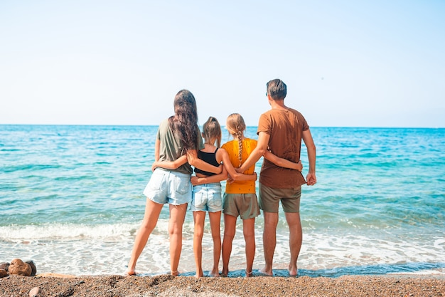ビーチで休暇を過ごす若い家族