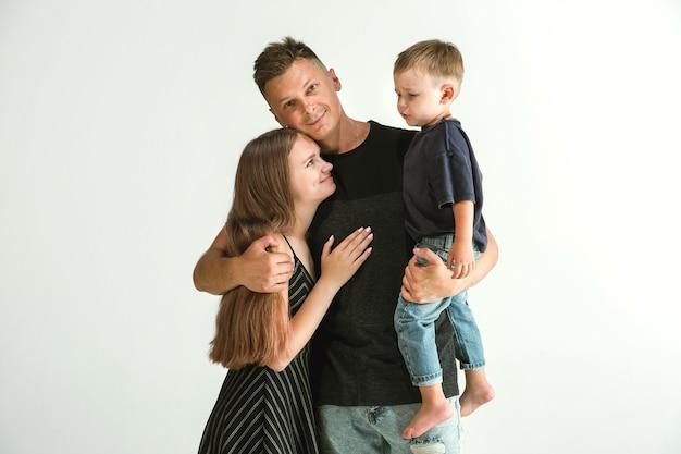 Молодая семья проводит время вместе и улыбается