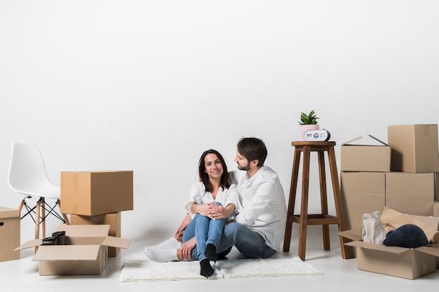 Молодая семья вместе в новой квартире