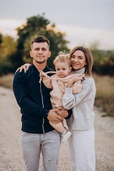 幼い息子と一緒に若い家族