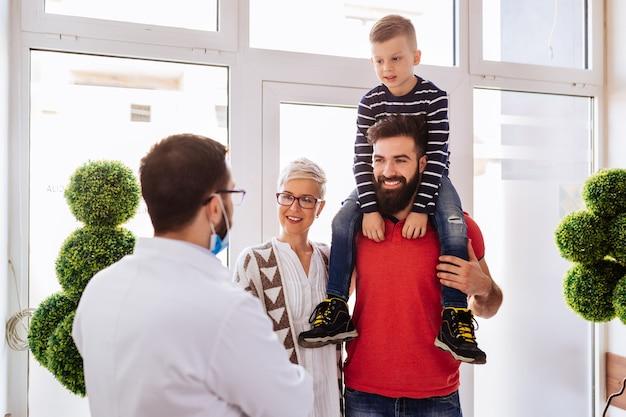 歯科医院を訪れる若い家族。