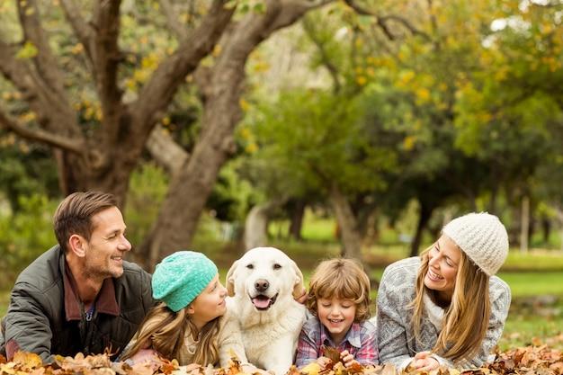 강아지와 함께 젊은 가족