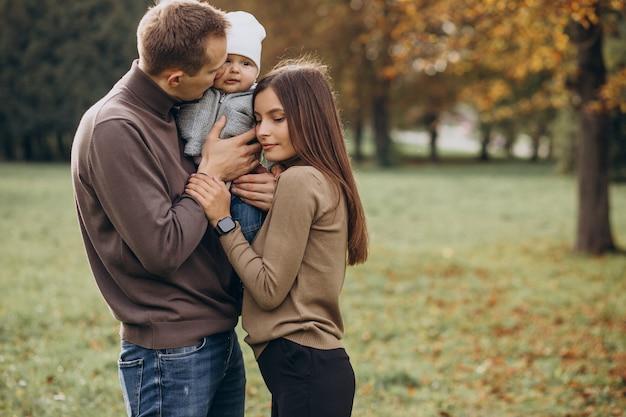 Giovane famiglia con figlio bambino nel parco