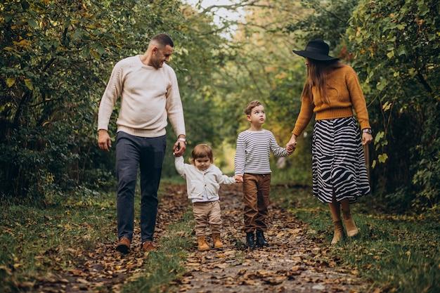 Молодая семья с детьми в осеннем парке