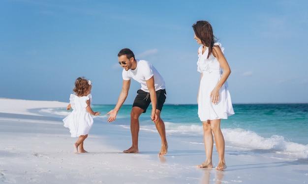 바다로 휴가에 작은 daugher와 젊은 가족