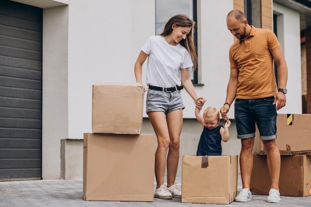 Молодая семья с маленькой дочкой переезжает в новый дом