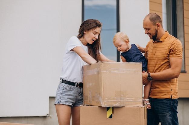 新しい家に移動する小さな娘と若い家族