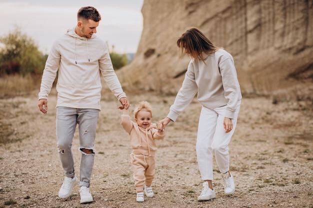 Giovane famiglia con figlio piccolo divertendosi insieme