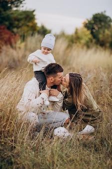 一緒に楽しんでいる幼い息子と若い家族