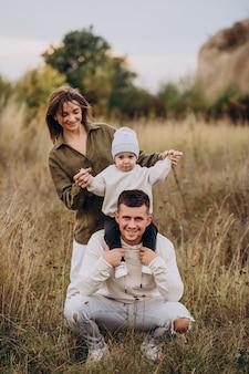 Молодая семья с маленьким сыном весело вместе