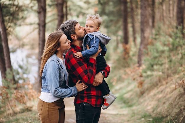 Молодая семья с маленьким сыном в лесу