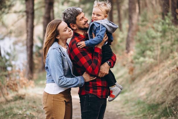 숲에서 작은 아들과 함께 젊은 가족