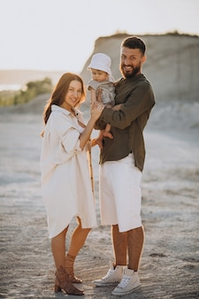 夕日に幼い息子を持つ若い家族