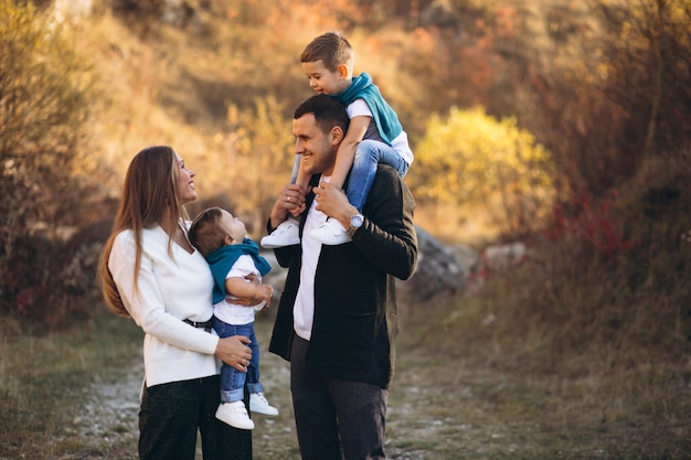公園の外で一緒に2人の息子を持つ若い家族