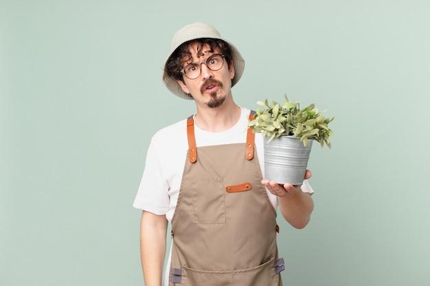 困惑して混乱している若い農夫の男