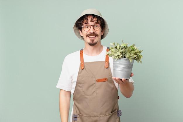 행복하고 즐겁게 놀란 젊은 농부 남자