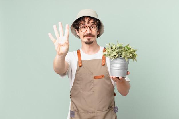 4번을 보여주며 웃고 있는 젊은 농부 남자