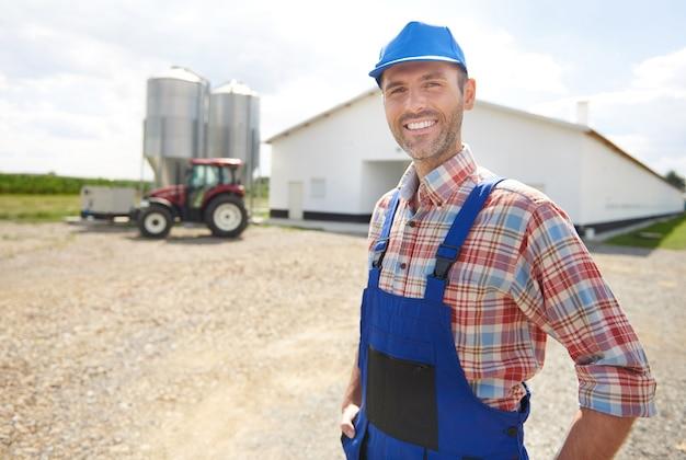 Giovane agricoltore che si prende cura dei suoi affari Foto Gratuite