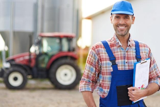 Giovane agricoltore che si prende cura dei suoi affari
