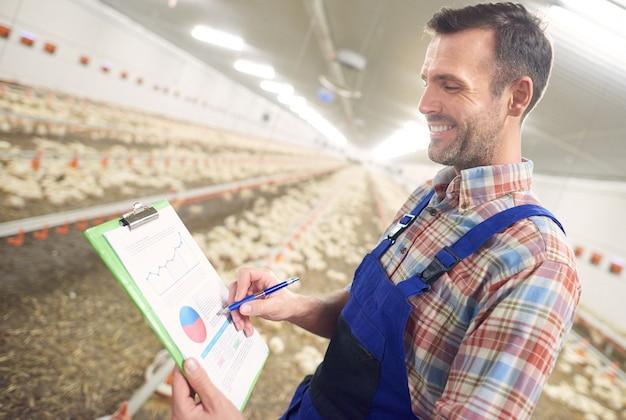 彼のビジネスの世話をしている若い農夫