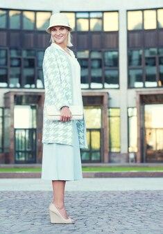 거리를 걷는 젊은 패션 금발 여자