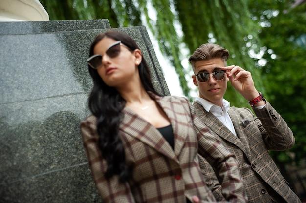 若いファッションカップルのフォーマルな服