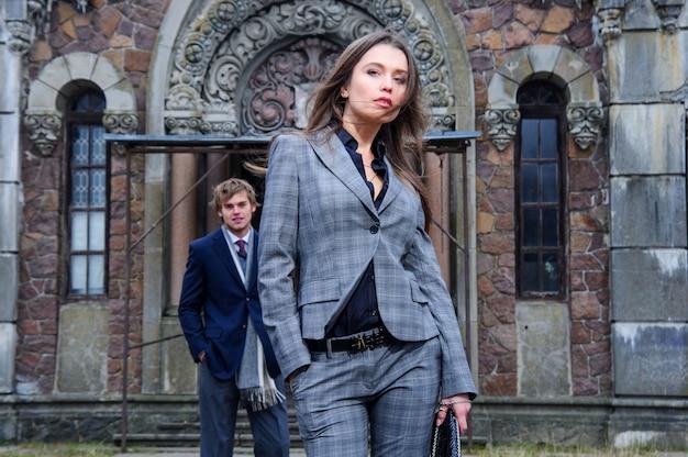 若者のファッションのカップルは古い建物の前で屋外ポーズします。